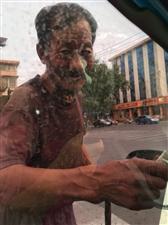 有个老头在红光路口路中间拦车要钱,十分危险