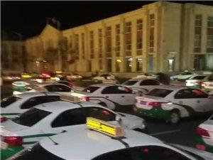 多列出租车纵队占道待客,火车站前车辆停靠须疏导