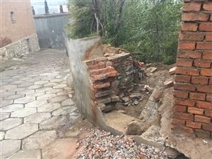 在澳门龙虎斗网站市偏关县教科局对面巷子内,于2018年9月18日,突然有人将城建部门的围墙拆除,问其原因,竟然