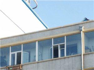 临街五楼外挂空调架上放花盆很危险