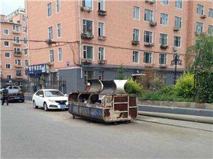 独占一席之地的垃圾箱很别扭!