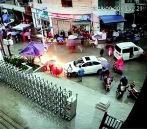 今天早上7点42分左右在紫阳县高桥镇中学门前街道上,一该镇龙潭村村民驱车赶集停在街上的轿车漏油,油顺