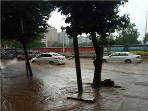 于都工业园龙门路因施工排水困难,马路变成河流
