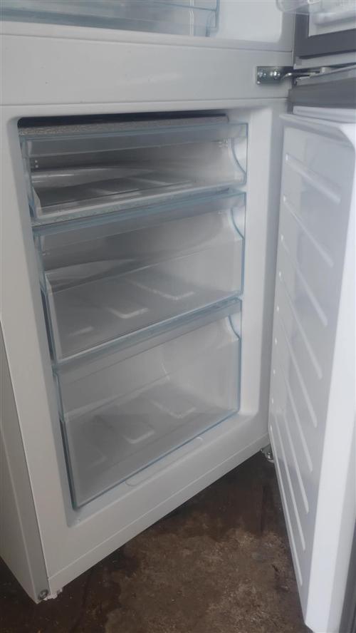 海尔165升冰箱,9.9成新买来没用多久。保养得非常好。因为搬家所以不用了,适合三口之家用。