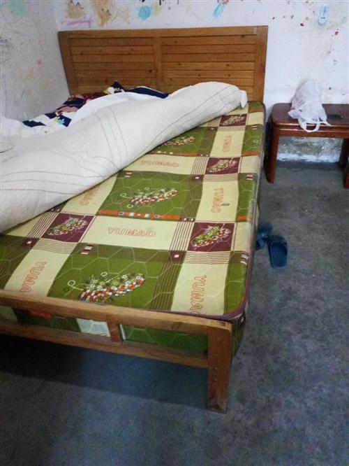 床1.5米宽,含床垫。不议价