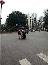 站在公路上聊天,完全忽略安全。