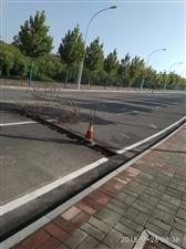 下坡公路2米长的下水道网盖没有了