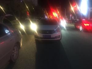 海虹国际门口道路乱停乱放车子。