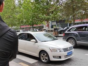 违法停车阻挡人行道