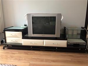 现有九成新创维牌纯屏电视机和电视柜出售,电视图像清晰,色彩鲜艳,对比度好,没有维修过,和电视柜一起低...