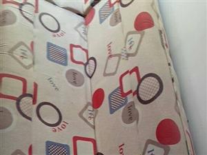 一米八两米沙发,可折叠当床使用,有意者联系