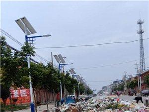 垃圾无人清理,四车道有两车道就被垃圾覆盖