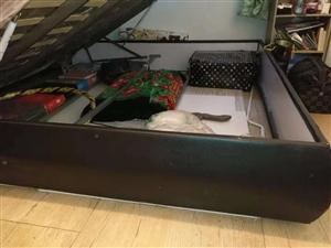 皮面床箱一个,1.8/2.0米,带气撑,床下可放物品。注~不带床头!有意者来电询问,货品自提!
