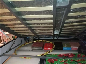 出售二手床箱一个,1.8米宽,2米长,皮面!带气撑,床下可放大量杂物!有意者来电询问,非诚勿扰!谢谢...