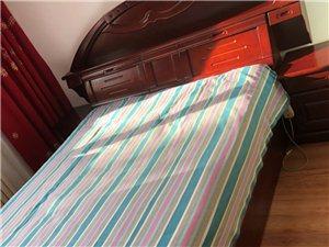 现有九成新纯实木床1.5米X2米,带两个床头柜,没有床垫子,低价出售。