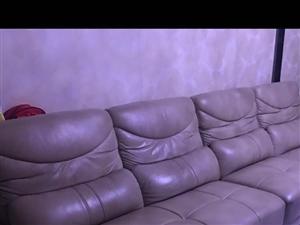 8成新的,在克东郭氏家具买的纯皮沙发,原价10000多,现在2000元不议价。