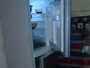 海尔冰箱,拆迁吐血卖。去年才买的二千多,现卖一千。有兴趣的朋友打电话。15884118478