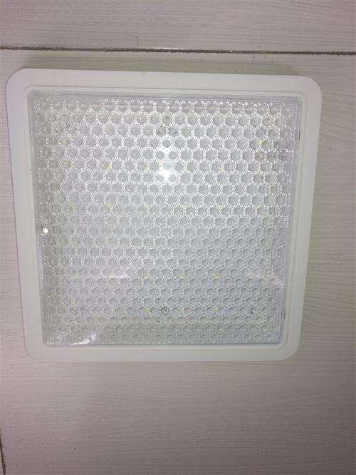 全新厨卫灯低价处理!20W!买回来准备安装,后来换灯了!买了不到一个星期!