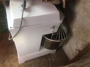 开面馆和早餐店用的设备,九成新。就用了三个月。一个10斤的和面机。一个54饼锅。三个保温箱。