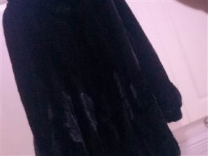 出售一款貂皮大衣,黑色,适合120--140斤穿,适合年龄25岁至40岁,因本人喜欢今年的一款紫罗兰...