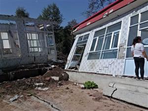 我是联和村一个村民,今年下雨滑坡,我的家全都没了,我现在修房子很困难,两人个孩都上学。
