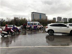 在龙翔大道路口交通事故!天气下雨大家请要慢点,注意安全!