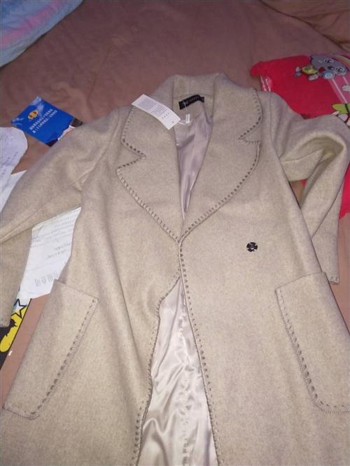 全新衣服,去年在北京949买的,今年胖了穿不上了,蓝色现价294,米色460买的,现价180?? ?...