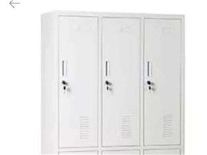 铁皮柜一组(6个)200元 双人办公桌1.5米*1.5米+2把椅子200元 行政办公桌2米*2米...