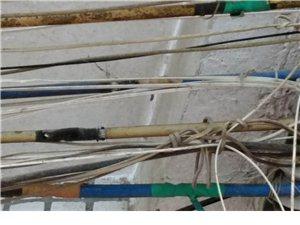 屋檐下电线里面金属线都裸露出来了,是否存在安全隐患?