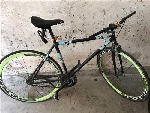 闲置的自行车,适合初中生用。正常使用中,车座有磨损。