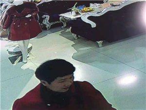 全城搜索:这位红衣大姐于10月31日在我家领取礼品时趁店铺忙碌,员工不注意,偷取本店围巾,俏延护肤品