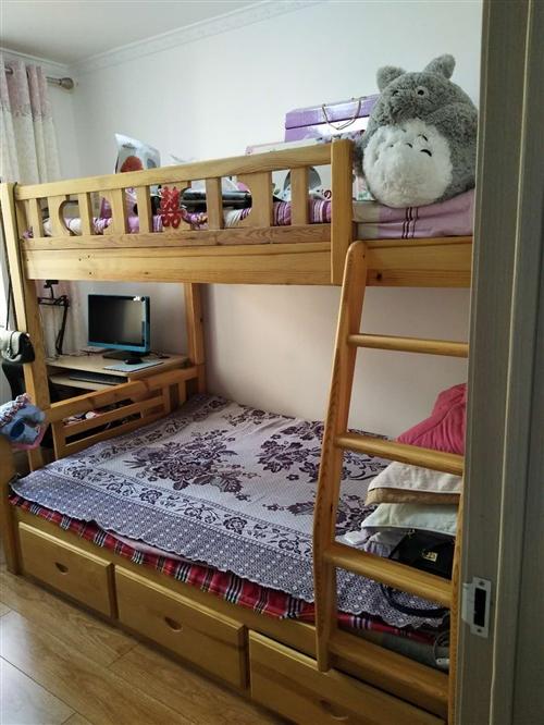 纯实木的双层床,九成新,原价3600元,现在2000元出手。买家自行负责拆解,自行装运。