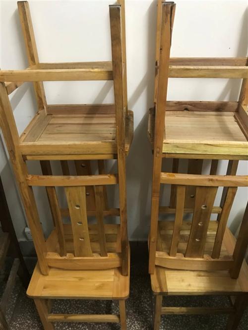 木凳子10张,扶手凳子6张。低价转售。