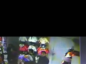 安康巴山路巴拉巴拉童装店小偷偷走价值五百元羽绒服一件
