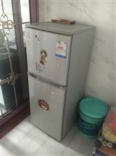 便宜出售一个小冰箱,因为买新的了,200块,在紫兴新城