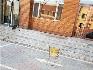 站前小餐馆霸占公共车位