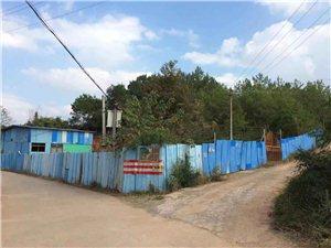 老百姓的雨棚或者养鸡鸭的场所都被拆了,可是这里的棚子经过无数次的投诉好在!