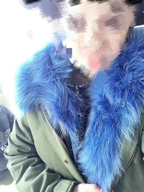 派克服,洗过一次,不太胖都能穿.500块钱便宜卖了,内胆帽子全都是狐狸毛的