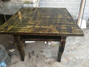 方桌和长板凳一起的配套