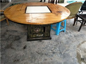 第一个是汤锅加铁板烧,有锅和锅盖。铁板暂时未放上去。 后面是方桌和长板凳,一起的,有需要的可以联系...