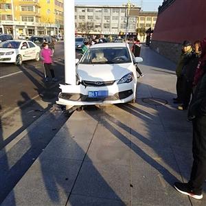 11月17日早上九时许城门楼附近发生一起车祸