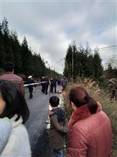 仙峰加油站过来公路上死了人,用衣服盖着,年龄不详。