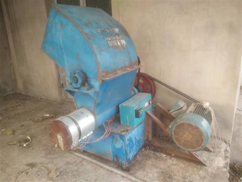 废旧泡沫粉碎打坨机一体机。一小时可以制150公斤左右。电机是15千瓦,加热圈更换后一次没用呢,因忙不...