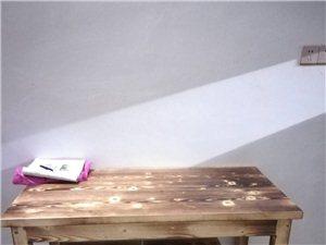 九点五成新的桌子一张加四张凳子一套360元!总共有五套,需要的可以联系我!看过货在名门首府附近!