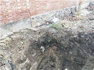 王卜庄一村野蛮施工,挖自来水管道没有防护措施,导致村民掉入坑中无人管!!!