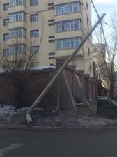 东六北二街口电线杆子现状极其危险
