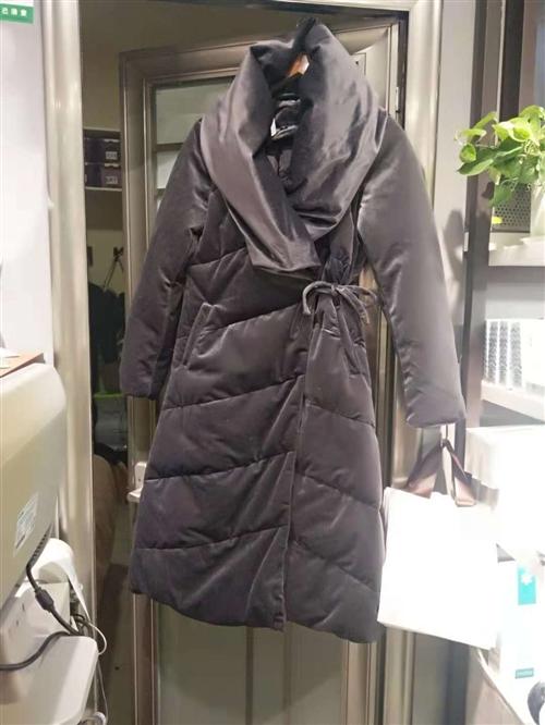 在品牌折扣店买的,有点紧。高贵时尚灰,长款金丝绒羽绒服。原价399元,现在299元。