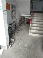 代桥安置区,4号楼三单元希望有关部门能管管,楼梯口太脏了