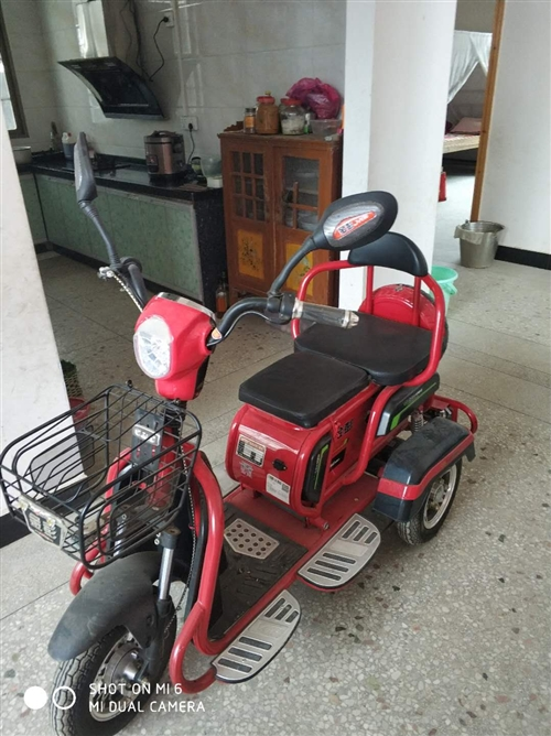 三輪電瓶車,接送小孩很方便,買來只騎幾次,老人家不敢騎,九九新,買來三千多,現便宜出,有需要的聯系1...