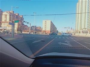 开发路道路中间有电线掉落!行车要注意啦